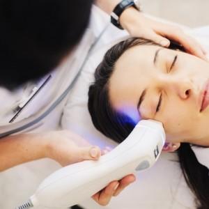 Laseroterapia w medycynie estetycznej – pomoc w walce z niedoskonałościami skóry.